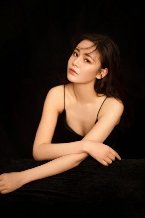 黑丝白皙肌肤媚娘萱萱情趣吊带大秀波涛汹涌翘臀写真50p