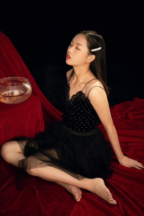 粉嫩清纯草莓女孩玉臀微翘迷人女仆装看点十足40p