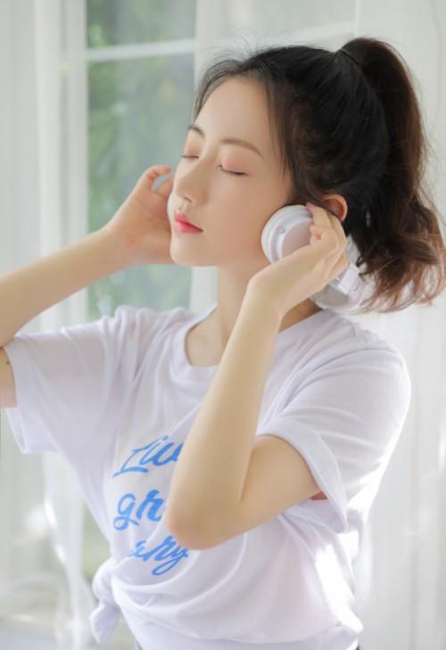 粉嫩白皙美少女伊小七MoMo大秀翘臀唯美写真艺术图37p