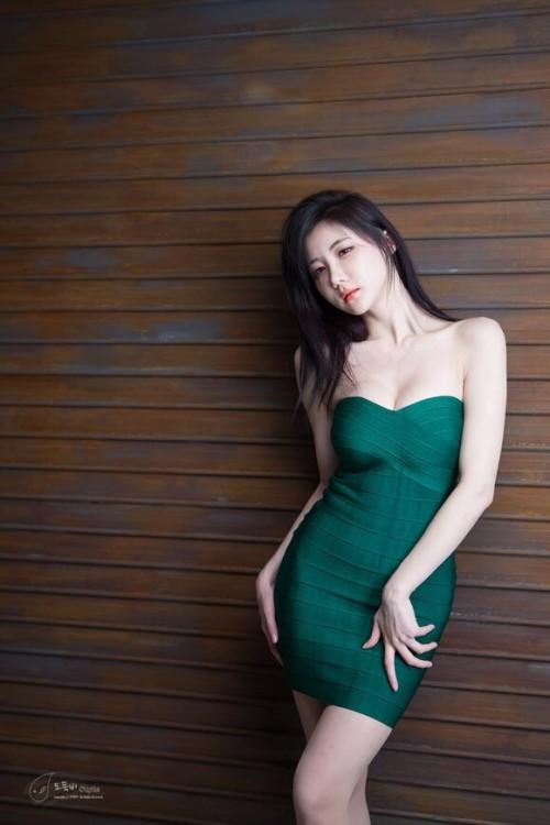 性感锁骨美女抹胸超短秀香肩