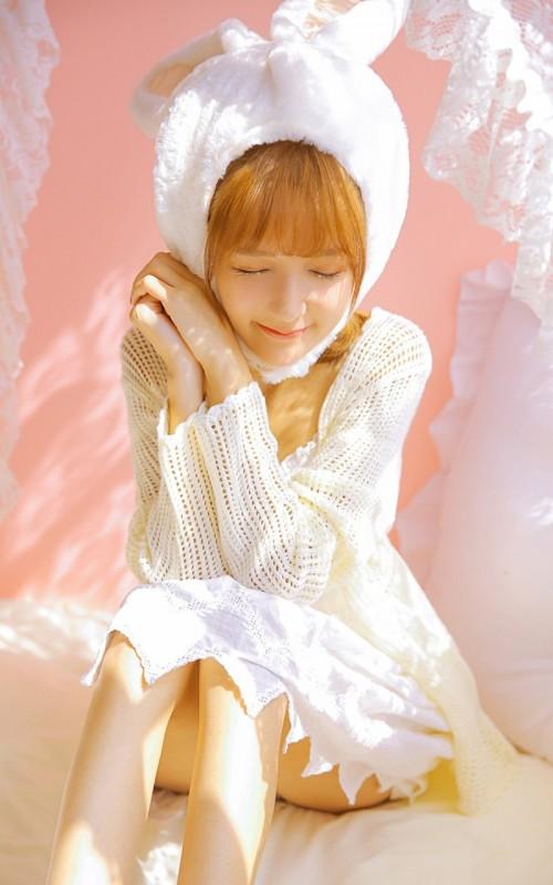 卷发美女吊带白裙性感温柔写真图片12p