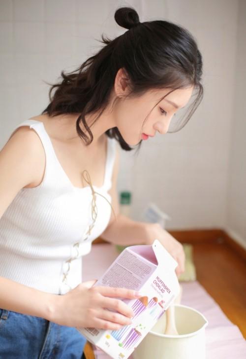 白皙丰满仙女顾欣怡红色连体裙竹林吸睛美图34p