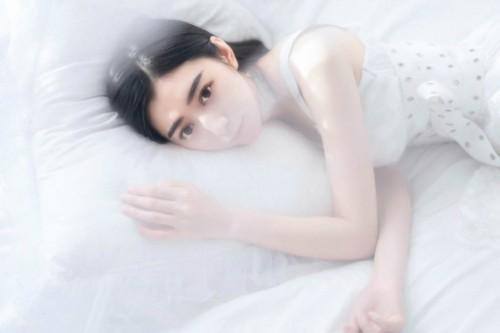 长发御姐美女模特床上纯白内衣养眼梦幻人体艺术写真