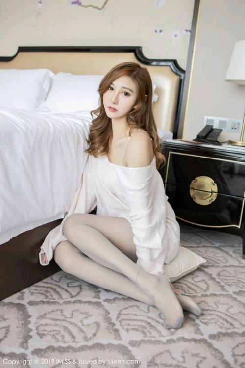 美腿白皙修长的绝色尤物香肩美乳白皙勾火私密人体艺术摄影