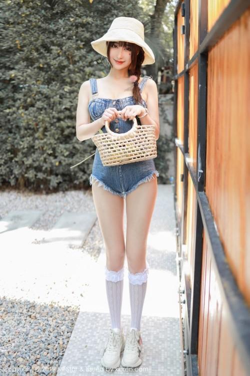 夏日清凉妹子真空背带裤雪白大长腿水嫩大尺度人体艺术