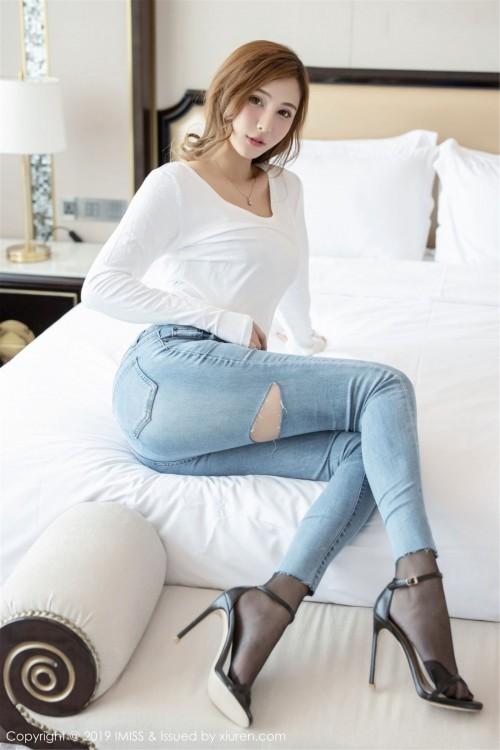 金发女郎Lavinia紧身牛仔裤翘臀诱惑大胆祼体验艺术写真