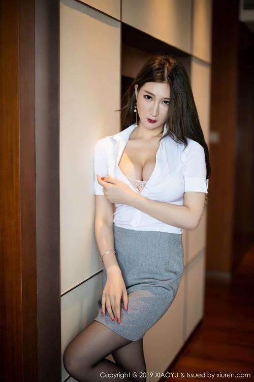 都市丽人顾桥楠开胸露乳装齐b超短裙大胆祼体验艺术写真