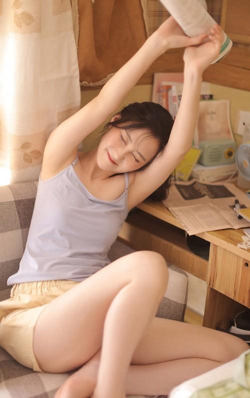 俏皮可爱亚洲嫩模吊带短裤性感私房人体艺术图照-美眉图吧