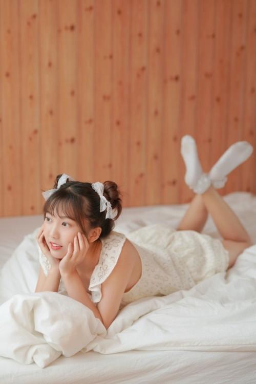 纯情包子头少女吊带长裙美腿养眼人体艺术写真