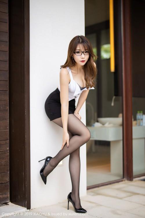 黑丝眼镜娘芝芝超短裙黑丝美腿西西人体大胆写真-美眉图吧
