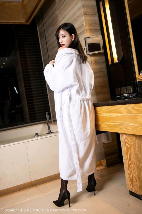 浴袍美女杨晨晨蕾丝内衣黑丝吊袜带gogo全球人体高清写真