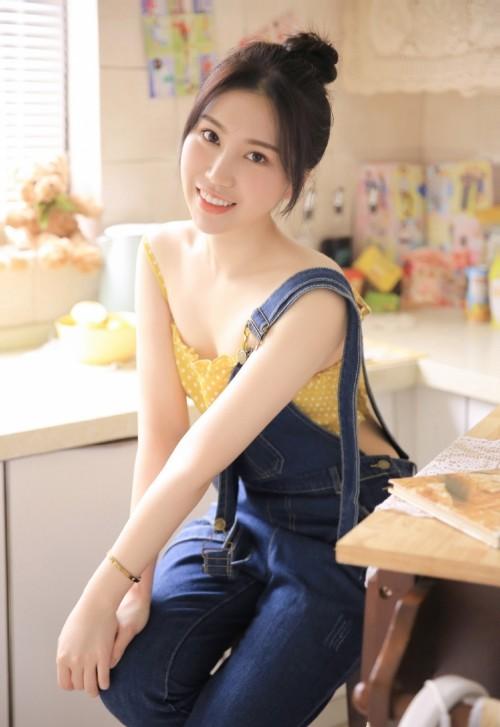 亚洲日系阳光小美女香肩白皙笑容甜美唯美人体艺术私拍