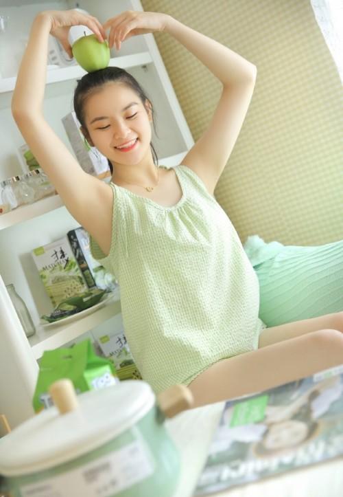 纯情房客女孩甜美气质白皙美腿床上活力人体艺术写真