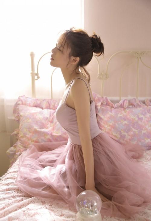 甜美文艺少女床上长腿尤物火辣野兽人体艺术感图片