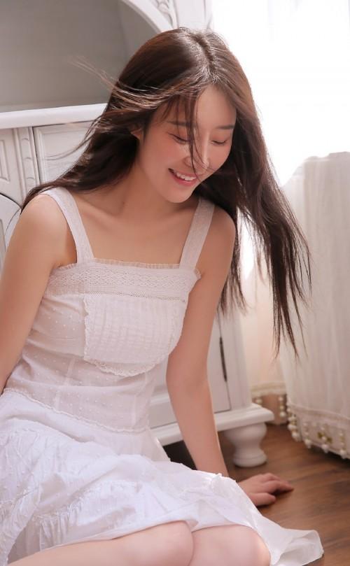 长发美少女吊带白色连衣裙漂亮尤物人体艺术写真