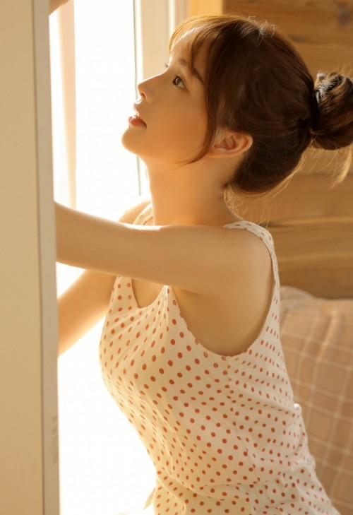 漂亮美女素人居家吊带内衣长腿美乳人体艺术写真图片