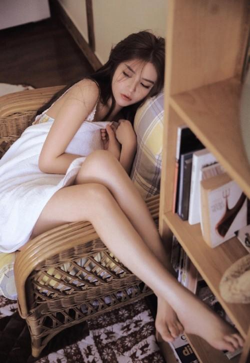 豪门贵妇激情性感裹胸浴巾床上艳照长腿火辣人体艺术写真