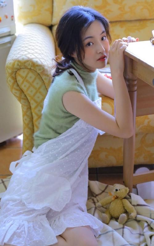 邻家少女五官倾城蕾丝背带裤白皙长腿诱人美女图