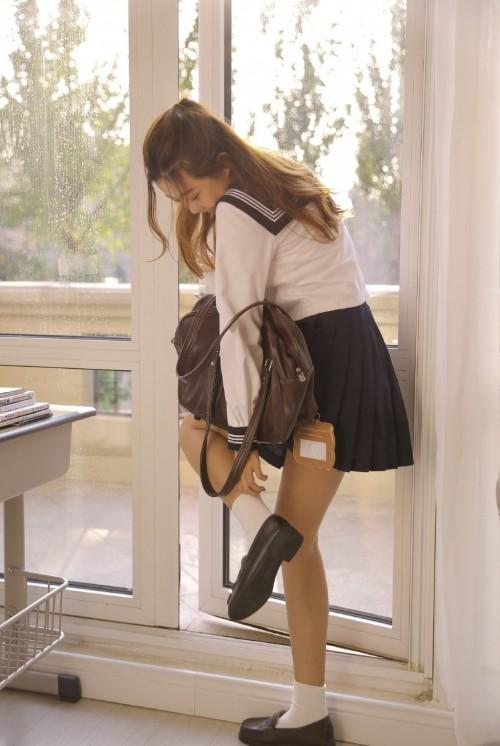 台湾美女学生妹校园制服超短裙诱惑人体艺术写真