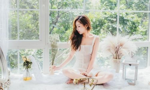 长发妖娆成熟气质美女蕾丝睡衣勾魂吸晴人体艺术写真