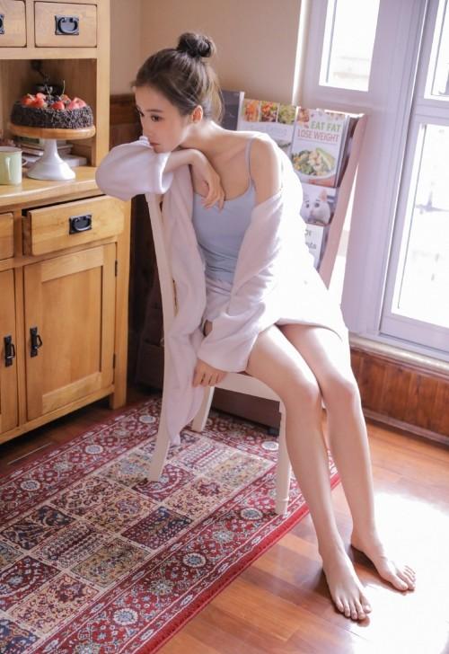 娇艳气质模特私房吊带背心热裤美腿极品人体艺术写真