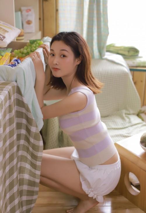 嫩模短裤背心肤若凝脂诱惑美女图片