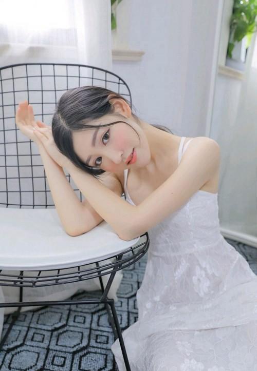 甜美粉嫩美女爆乳深沟吊带长裙床上大胆人体艺术写真
