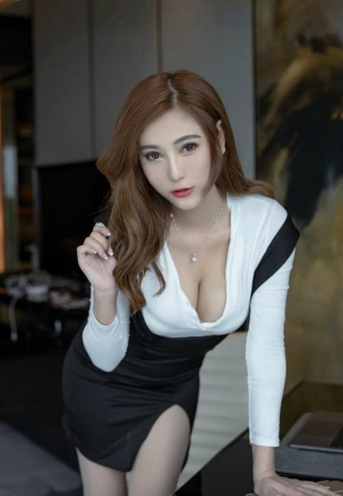 胸器外露的时尚女模特弯腰露奶最大胆的女人艺术写真