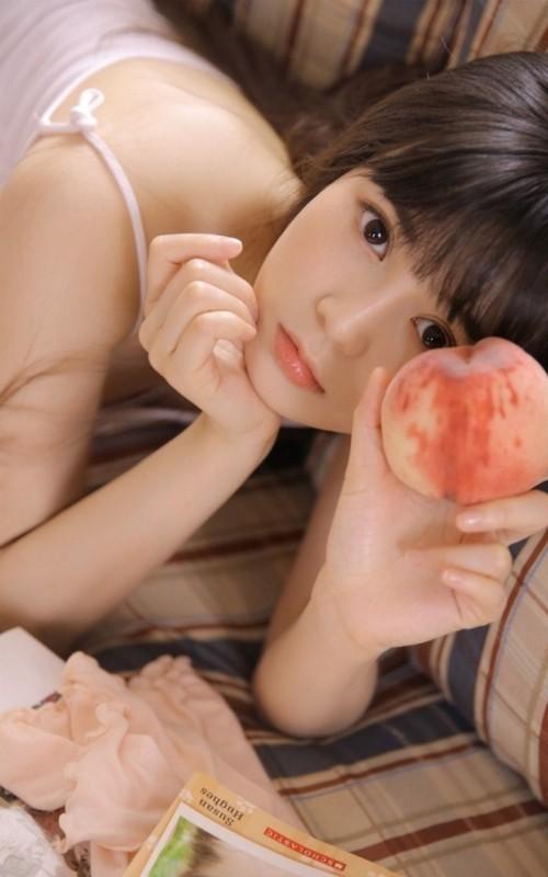吊带背心美女夏日吃西瓜养眼天然性感人体艺术写真