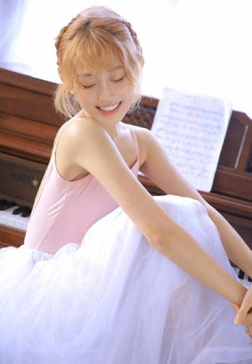 金发火辣性感舞蹈美女教师吊带露肩长裙人体艺术写真