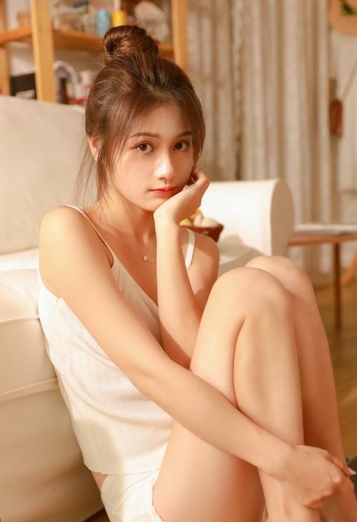 丸子头美女吊带背心美乳勾魂眼球清纯人体艺术写真