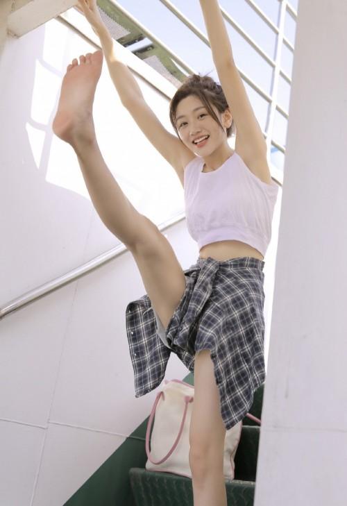 吊带背心氧气嫩模美女小蛮腰姿势性感人体艺术写真