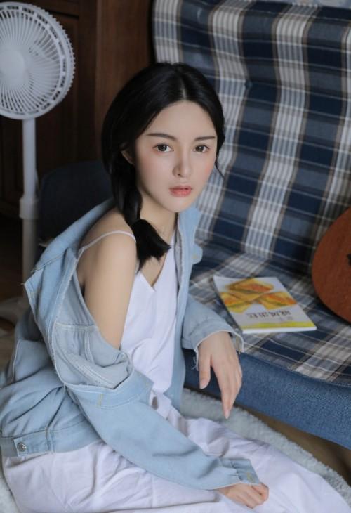 白嫩女神居家吊带内衣爆乳深沟人体艺术写真