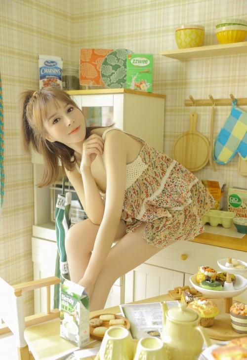 甜美女学生居家吊带低胸内衣国模人体艺术福利写真