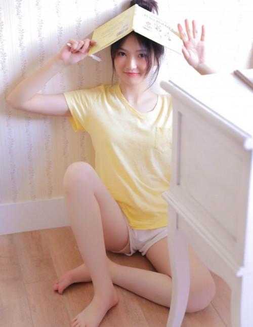 清纯气质女友撩衣诱惑美腿细足养眼青涩尤物人体艺术美女写真