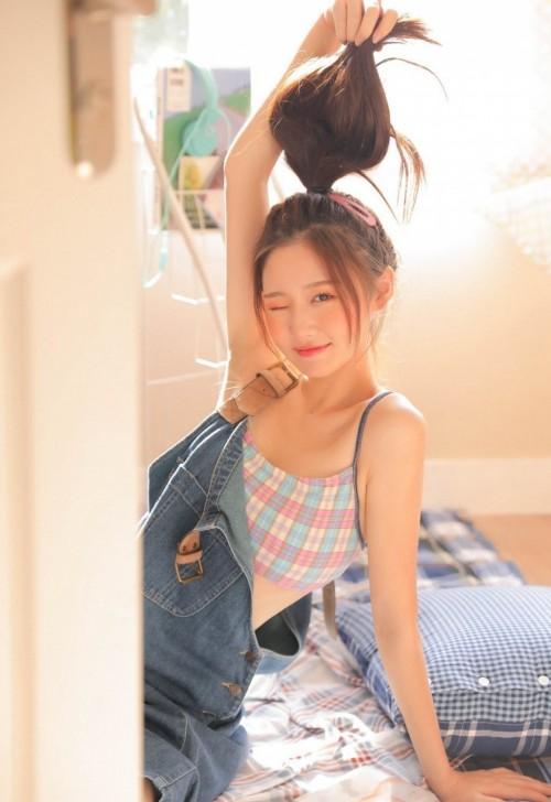 天使美丽活力少女吊带牛仔裤酥胸美腿人体艺术写真